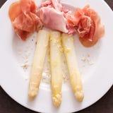 Weißer Spargel mit rohem Schinken und Käse Stockbild