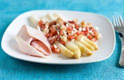 Weißer Spargel mit Tomaten und Schinken Lizenzfreies Stockbild