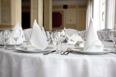 Weißer Speisetisch in einer Gaststätte Stockfoto