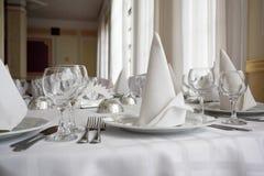 Weißer Speisetisch in einer Gaststätte Stockfotografie