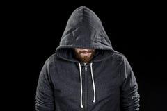 Weißer Spitzbart-Mann, der Gray Hood trägt lizenzfreies stockfoto