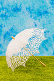 Weißer Spitzen- Regenschirm Stockfotografie
