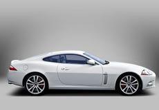 Weißer Sportwagen auf grauem Hintergrund Lizenzfreies Stockbild