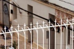 Weißer Stahlzaun in Santo Domingo, Dominikanische Republik Nahaufnahme stockfotos