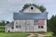 Weißer Stall mit amerikanischer Flagge Stockfoto