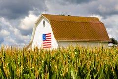 Weißer Stall mit hundertjähriger Markierungsfahne Lizenzfreies Stockfoto