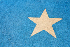 Weißer Stern auf blauer Straße Stockfotos