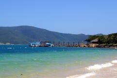 Weißer Strand auf der Insel in heißer Verdammung Vietnams lizenzfreie stockfotos