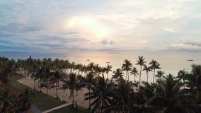 Weißer Strand mit Leuten am Abend philippinen Schattenbild des kauernden Geschäftsmannes stock footage