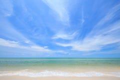 Weißer Strand und blauer Himmel stockfotografie