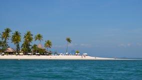Weißer Strand und Palmen Lizenzfreie Stockbilder