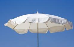 Weißer Strandregenschirm Lizenzfreie Stockfotografie