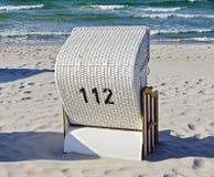 Weißer Strandstuhl mit der Nr. 112 Lizenzfreie Stockbilder