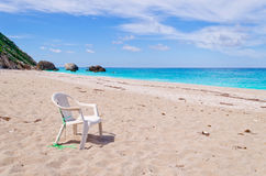 Weißer Stuhl auf dem Strand Lizenzfreie Stockbilder