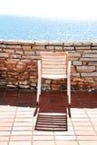 Weißer Stuhl auf einem Balkon Stockbild