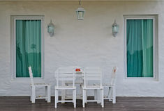 Weißer Stuhl an der Außenseite. Stockfotos