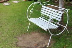 Weißer Stuhl in einem Garten stockfoto