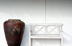 Weißer Stuhl gegen die Wand Stockbilder