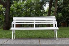Weißer Stuhl im Garten. Stockfotografie