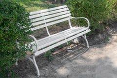 Weißer Stuhl im schönen Garten der Weinlese Lizenzfreies Stockfoto