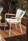 Weißer Stuhl, moderner Entwurf auf einer hölzernen Terrasse Sun, Rest und Einsamkeit mit selbst stockbild