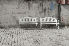 Weißer Stuhl schön im Park stockbild