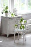 Weißer Stuhl und Tabelle der Weinlese Lizenzfreies Stockbild