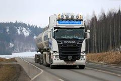 Weißer Super-Tankwagen Scanias R620 am Frühling Lizenzfreies Stockfoto