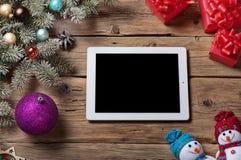 Weißer Tablet-Computer mit Niederlassung Weihnachtsbaum und Weihnachten p Stockfotografie
