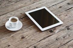 Weißer Tablet-Computer mit Schale coffe stockfoto