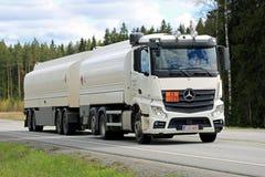 Weißer Tankwagen Mercedes-Benz Actross 2545 auf der Straße Lizenzfreie Stockbilder