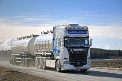 Weißer Tankwagen Scania-Euro-6 auf der Straße am Frühling Stockfotos