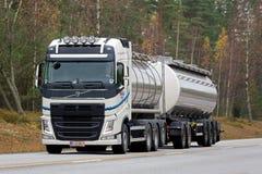 Weißer Tankwagen Volvos FH auf der Straße Stockfoto