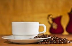 Weißer Tasse Kaffee auf einem gelben Hintergrund Lizenzfreies Stockfoto