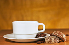 Weißer Tasse Kaffee auf einem Saucer und Kuchen stockbilder