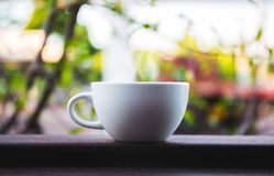 Weißer Tasse Kaffee auf hölzerner Tabelle Stockbild