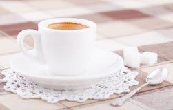Weißer Tasse Kaffee auf Tischdecke Stockbilder