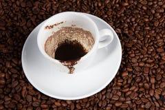 Weißer Tasse Kaffee an den Kaffeebohnehintergründen Stockfotos