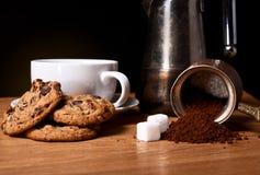 Weißer Tasse Kaffee mit Haferplätzchen Stockbild