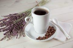 Weißer Tasse Kaffee und ein Blumenstraußlavendel Stockfoto