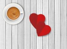 Weißer Tasse Kaffee und rote Herzen auf hölzernem Stockfoto