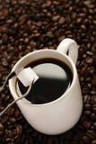 Weißer Tasse Kaffee- und Zuckerklumpen Lizenzfreie Stockfotos