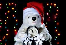 Weißer Teddybär des neuen Jahres in einem Weihnachtshut Weihnachten Dezember Stockfotos