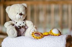 Weißer Teddybär und Geklapper Lizenzfreies Stockbild