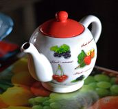 Weißer Teetopf mit Frucht Stockbilder