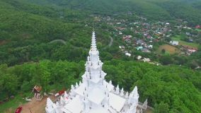 Weißer Tempel auf Thailand-Berg stock footage