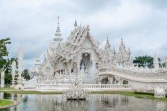 Weißer Tempel mit reflektierendem Teich Stockfotografie