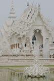 Weißer Tempel nahe durch Chiang Rai, Thailand Lizenzfreies Stockbild