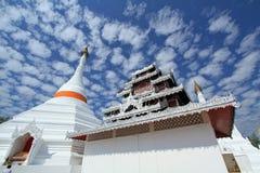 Weißer Tempel und Pagode mit blauem Himmel Stockfotografie
