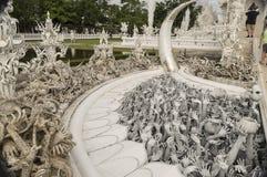 Weißer Tempel Wat Rong Khun ist eine unkonventionelle zeitgenössische Knospe stockfotografie